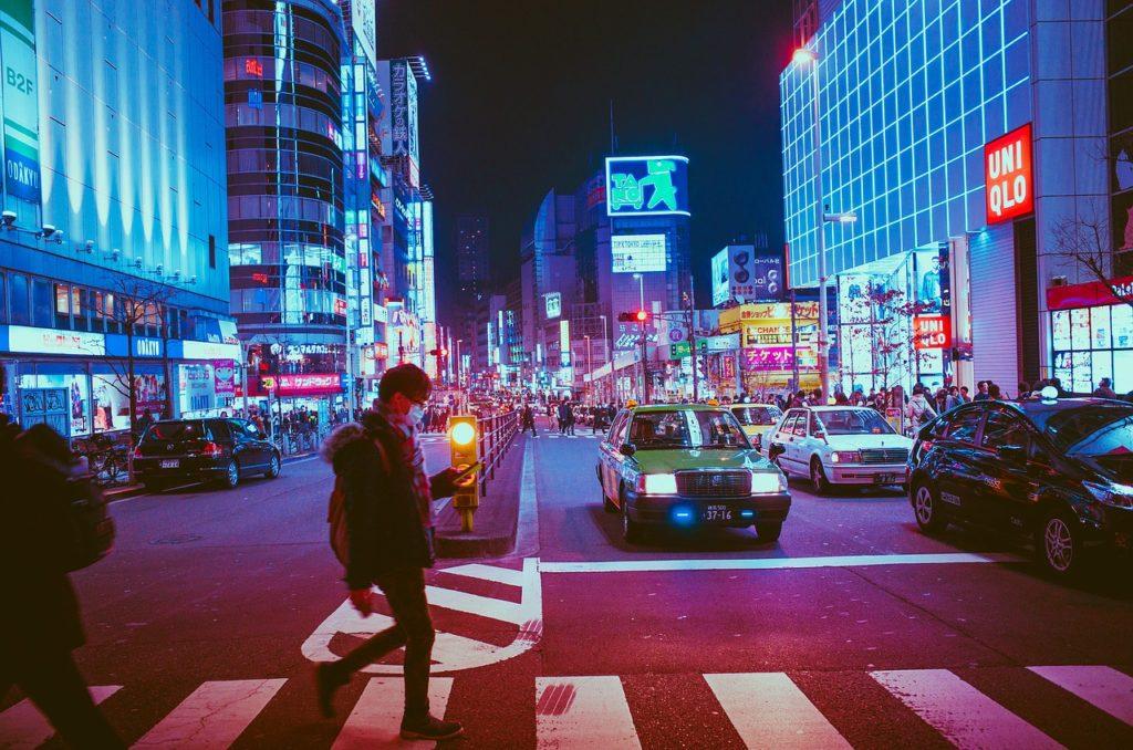 夜の街を歩く男性