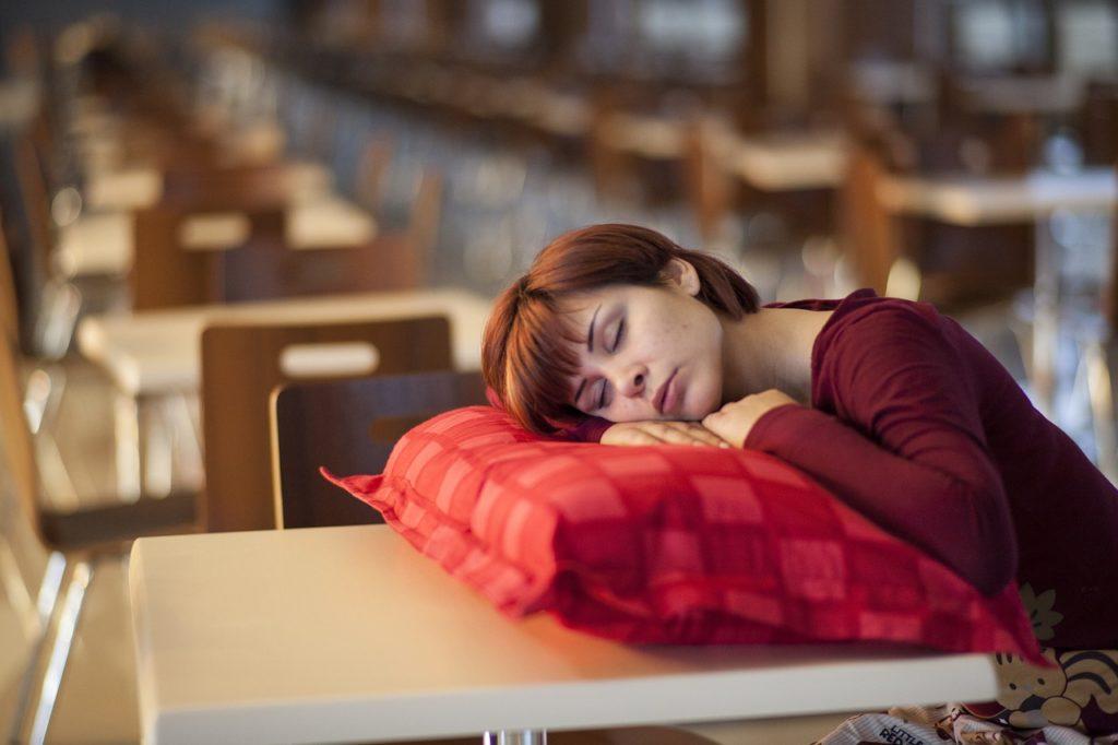 昼寝している女性