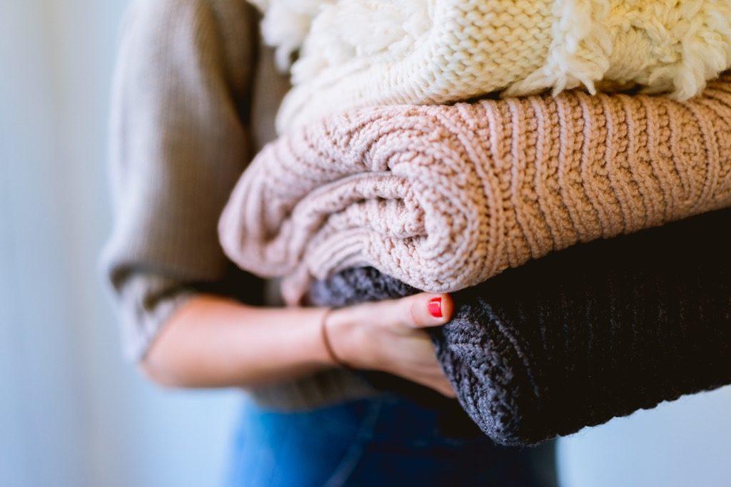 洗濯物を持っている女性