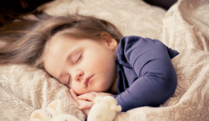 小さな女の子の寝ている姿