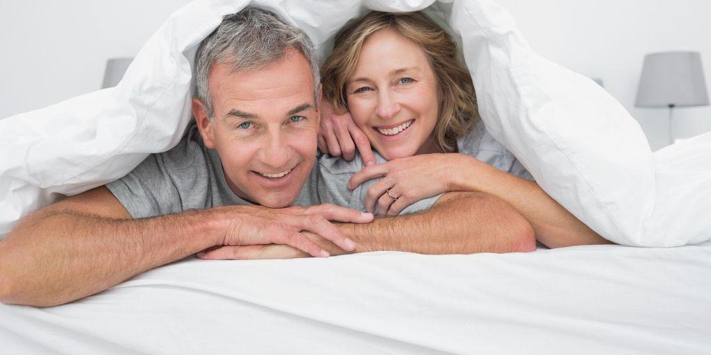 布団で寝ている老夫婦